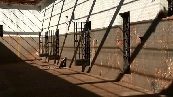 Cadeia de Pereira Barreto também está interditada, a pedido da Justiça, por problemas estruturais — Foto: TV TEM/Reprodução