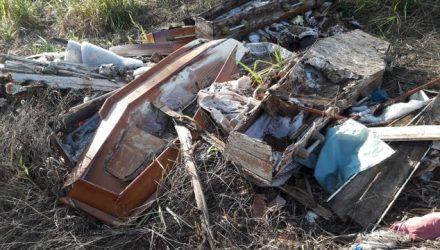 Caixões são descartados em área de mata em Ilha Solteira — Foto: Douglas Cossi/ilhadenoticias