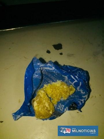 Foram apreendidos 5 gramas de crack que o acusado havia dispensado quando da chegada da PM. Foto: DIVULGAÇÃO