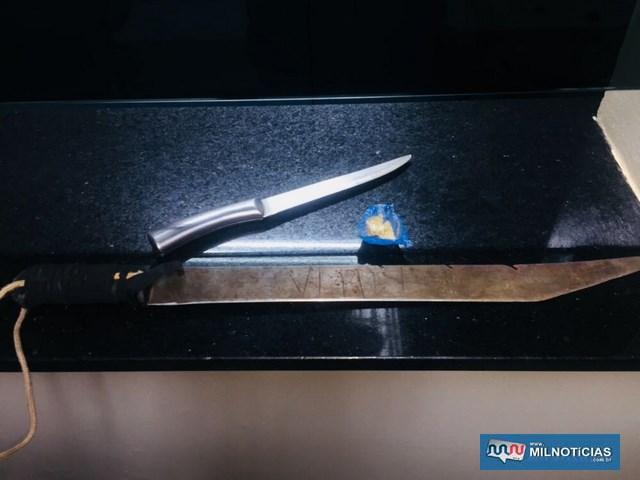 Um facão e uma facão localizados com o indiciado também foram apreendidos pela Polícia Civil. Foto: DIVULGAÇÃO