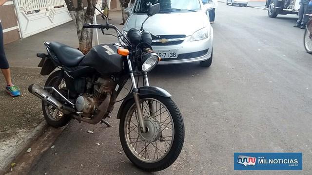 Motocicleta sofreu quebra do retrovisor direito, carcaça do farol, leve entortamento do guidão. Foto: MANOEL MESSIAS/Agência