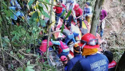 Equipes de resgate atuam em local onde um ônibus se acidentou na estrada perto de Balsas, na província de El Oro, no Equador, na terça-feira (18) — Foto: HO/Servicio Integrado de Seguridad ECU 911/AFP