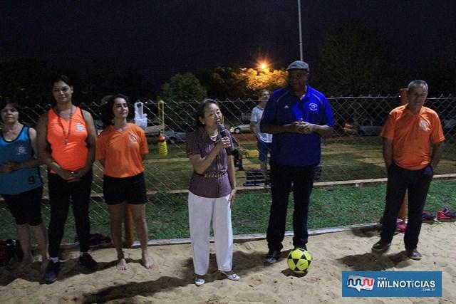 Tamiko incentiva participantes do 2º Torneio Municipal de Futevôlei. Fotos: Secom/Prefeitura