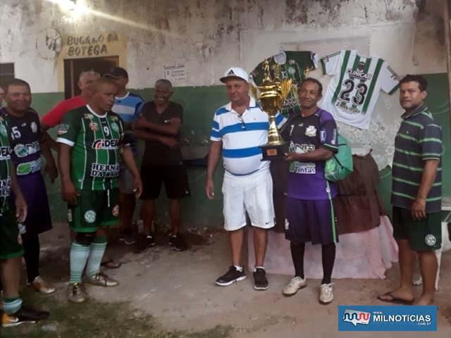 Nilson (dir.), do Bela Vista, recebe das mãos de Luisinho, troféu de 3º lugar. Foto: MANOEL MESSIAS