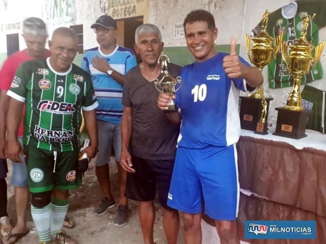 """""""Tú"""" (dir.), de Castilho, recebe troféu de artilheiro com 12 gols, das mãos de """"Tozinho"""". Foto: DIVULGAÇÃO"""