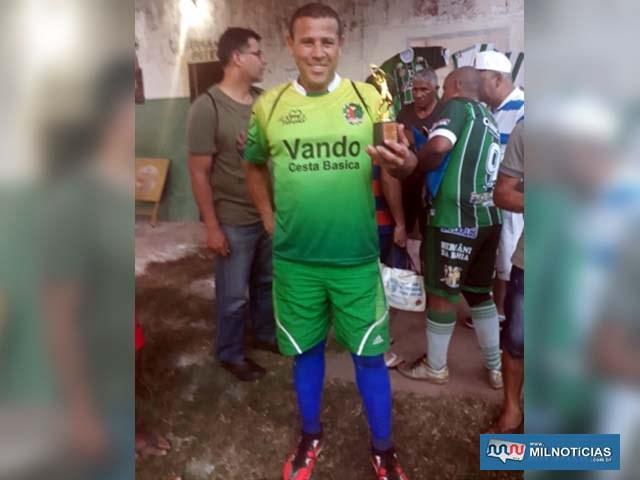 Goleiro de Castilho recebe troféu de melhor defesa da competição. Foto: DIVULGAÇÃO