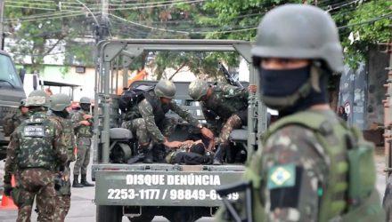 Militar foi baleado no Complexo da Penha, na Zona Norte do Rio — Foto: Betinho Casas Novas/Futura Press.