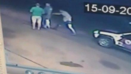 Momento em que motorista tira a arma do policial em posto de combustível de Palestina — Foto: Reprodução/TV TEM