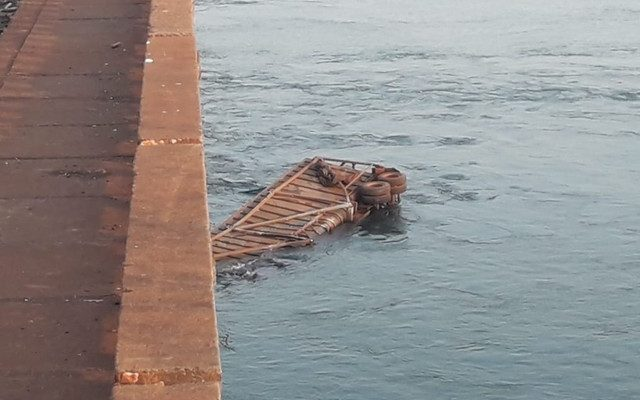 Parte de caminhão caiu no Rio Paranapanema, em Taciba — Foto: Wagner Oliveira/Cedida.