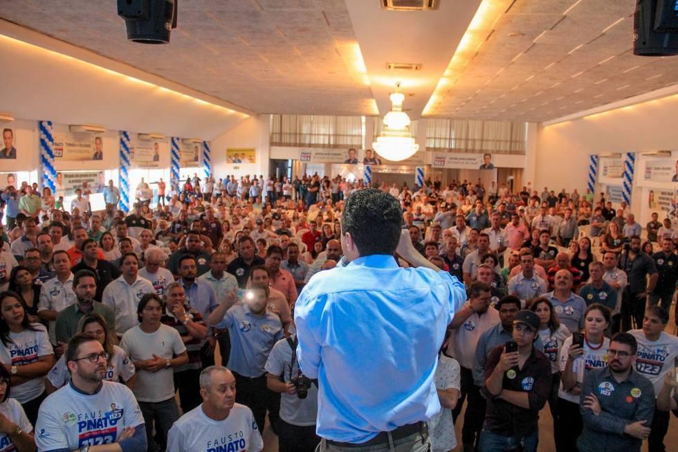 Pinato fala para uma multidão de prefeitos, vices, e simpatizantes de sua reeleição. Foto: Votunews