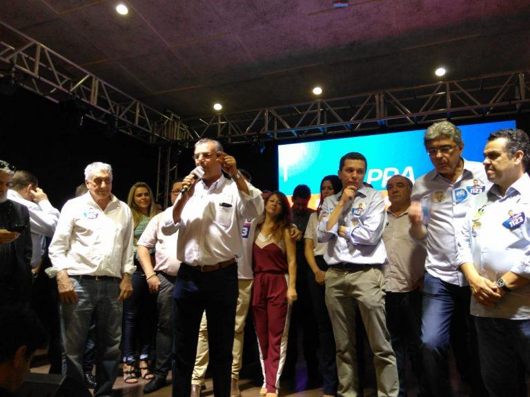 Prefeito de Araçatuba, Dilador Borges, discursa em apoio à reeleição de Fausto Pinato.  (Fotos: Divulgação)