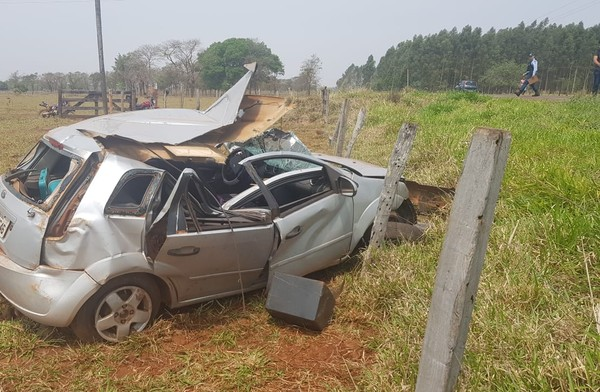 Carro da professora ficou bastante destruído após o acidente — Foto: PMR / Divulgação.