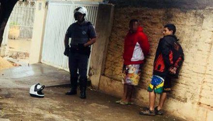 Luan Henrique Gonçalves Dias (dir.), foi detido quando tentava fugir em uma moto com um amigo. Foto: DIVULGAÇÃO