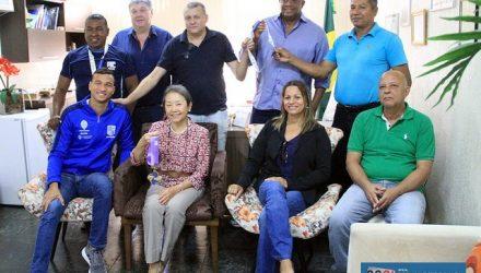 Marco Antonio Ferreira Junior (abrigo azul), foi medalhista de ouro no Campeonato Pan-Pacífico de Natação. Foto: Secom/Prefeitura