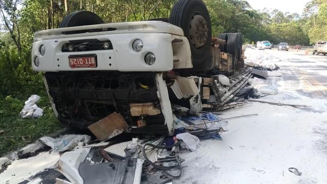 Caminhão tombou na Mogi-Bertioga — Foto: Carolina Paes/TV Diário.