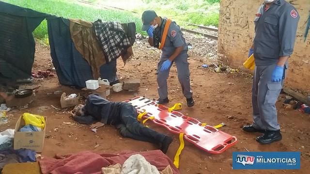 Homem de 65 anos foi morto com golpes de faca embaixo do viaduto da rua José Augusto de Carvalho, centro. Ele tinha sinais vitais quando foi socorrido. Foto: MANOEL MESSIAS/Agência