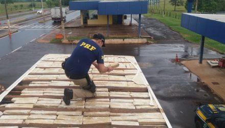 Droga foi localizada no teto de caminhão frigorífico. Foto: Divulgação PRF.