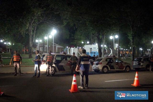 Outro ponto de bloqueio foi na rua Bandeirantes, ao lado da Praça do TG (ao fundo). Fotos: MANOEL MESSIAS/Mil Noticias