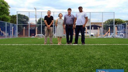 Tamiko e Pedrinho vistoriam quadra de futebol society ao lado do campo do Benfica. Foto: Secom/Prefeitura