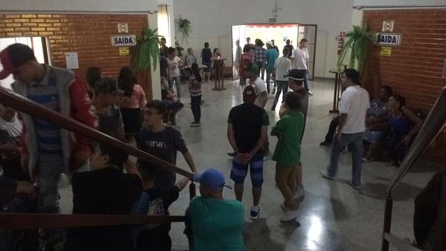 Muitos adolescentes acompanham o velório da menina morta pelo pai, em São Roque — Foto: Carlos Dias/G1