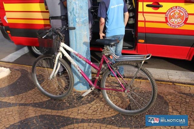 Bicicleta conduzida pela vitima sofreu pequenas avarias. Foto: MANOEL MESSIAS/Agência
