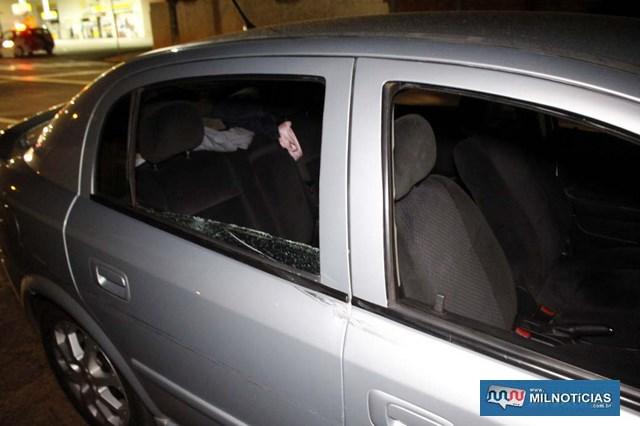 GM Astra sofreu quebra do vidro da porta lateral traseira e amassamento da lateria, os dos do lado direito. Foto: MIL NOTICIAS/Agência
