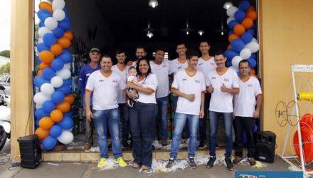 Casal de comerciantes comemora com filhos e equipe o aniversário de 4 anos. Foto: MANOEL MESSIAS/Mil Noticias