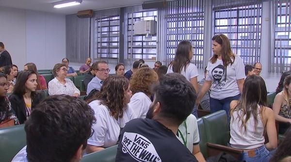 Familiares e amigos com a camisa em homenagem a Diego — Foto: Reprodução/TV TEM