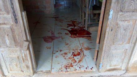 Uma das vítimas foi esfaqueada dentro de casa — Foto: Daniele Lira/G1