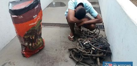 Adolescente foi flagrado pela ROCAM quando transportava o saco carregado com fios furtados de ferro velho, Foto: MANOEL MESSIAS/Agência