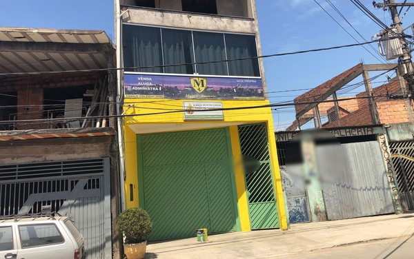 Uma nova congregação evangélica, pintada de verde e amarelo, ocupa o lugar da antiga igreja usada pelo pastor que está preso — Foto: Kleber Tomaz/G1