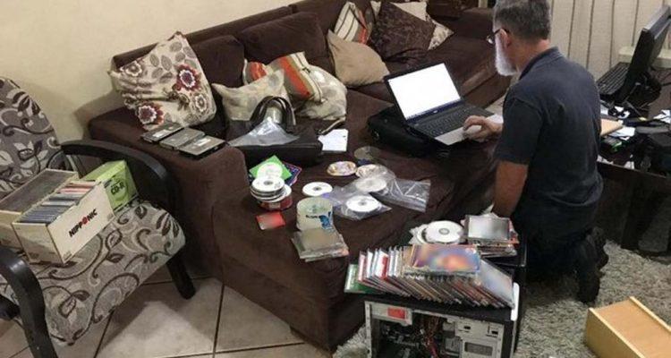 Policiais apreendem materiais pornográficos com suspeitos durante operação em Rio Preto (SP) — Foto: Polícia Civil/Divulgação