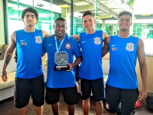 Pedro Luiz Germiniano da Silva (18 anos), Ruan Carlos de Almeida Carneiro (17 anos) e Kauan de Oliveira Silva (17 anos), com professor Careca. Foto: Divulgação