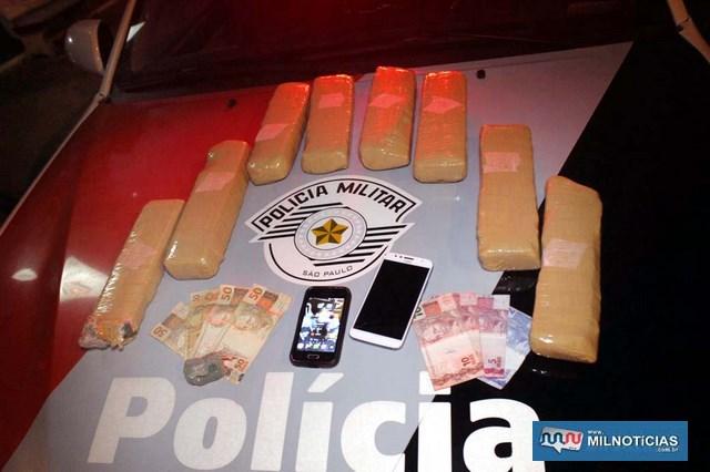 Foram apreendidos 8 tabletes de maconha (Cannabis Sativa), pouco mais de R$ 200,00 em dinheiro encontrados com os dois suspeitos. Foto: MANOEL MESSIAS/Agência