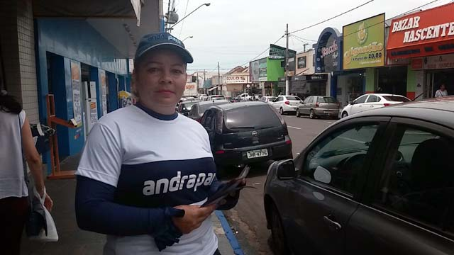 Colaboradoras da Andrapark já estão distribuindo folhetos explicativos. Foto: Manoel Messias/Mil Noticias