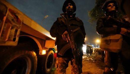 Policiais são vistos perto de ônibus atingido por bomba perto de Gizé, no Egito, na sexta-feira (28) — Foto: Reuters.