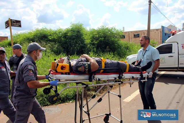 Momento em que cabo PM Berti era socorrido pelos bombeiros e encaminhado por uma ambulância ao UPA. Foto: MANOEL MESSIAS/Mil Noticias