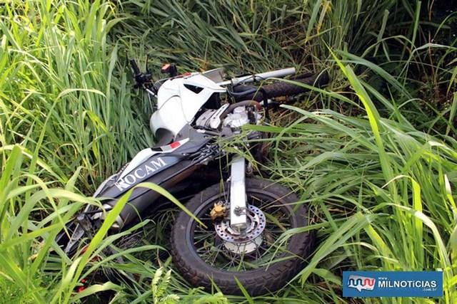 Moto da Rocam pilotada por Berti foi parar no meio do matagal. Foto: MANOEL MESSIAS/Agência
