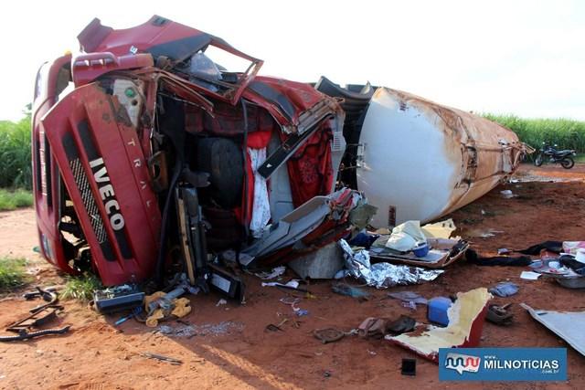 Cabine da carreta ficou completamente destruída no acidente. Foto: MANOEL MESSIAS/Mil Noticias