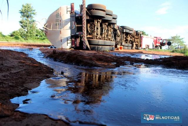 Parte da carga de óleo vegetal se esparramou além do acostamento. Foto: MANOEL MESSIAS/Mil Noticias