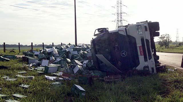 Caminhão carregado com papel tombou em rodovia em Pereira Barreto — Foto: Reprodução/TV TEM