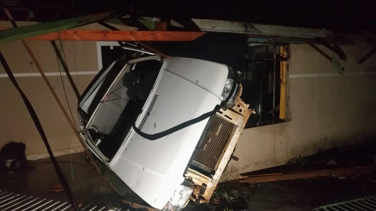 O vendaval destruiu casas e chegou a arrastar um carro na noite de sexta-feira (30), em Itaperuçu — Foto: Tony Mattoso/RPC.