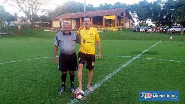 'Cabeção' (esq.), foi o juiz do torneio e Flavinho Medeiros foi o homenageado. Foto: MANOEL MESSIAS/Mil Noticias