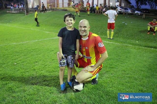 Dico atuou pela equipe vice campeã e um pequenino fez questão de tirar foto com ele. Foto: MANOEL MESSIAS/Mil Noticias