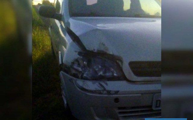 Veículo GM Corsa na cor prata sofreu quebra do farol, além de amassamentos no capô, paralama e parachoque, todos dianteiros, lado direito. Foto: DIVULGAÇÃO