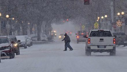 Ruas estavam cobertas de neve e trânsito carregado no centro de Bismarck, em Dakota do Norte — Foto: Tom Stromme/ Associated Press.