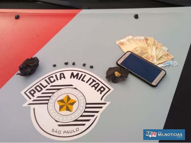 Foram apreendidos R$ 536,00, cinco porções de crack e uma pedra bruta da mesma droga. Foto: MANOEL MESSIAS/Agência