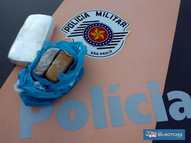 Foram apreendidos um tijolo de cocaína pesando pouco mais de 1 Kg e 548g de maconha. Foto: DIVULGAÇÃO/PMRv
