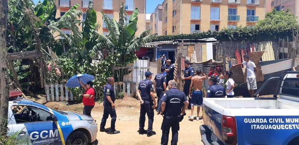 Guarda Municipal de Itaquaquecetuba chegou ao local onde homem era mantido em cativeiro. — Foto: William Tanida/TV Diário.