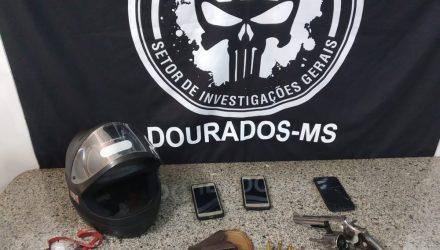 Capacete, armas e celulares dos adolescentes apreendidos — Foto: Polícia Civil/Divulgaçã.